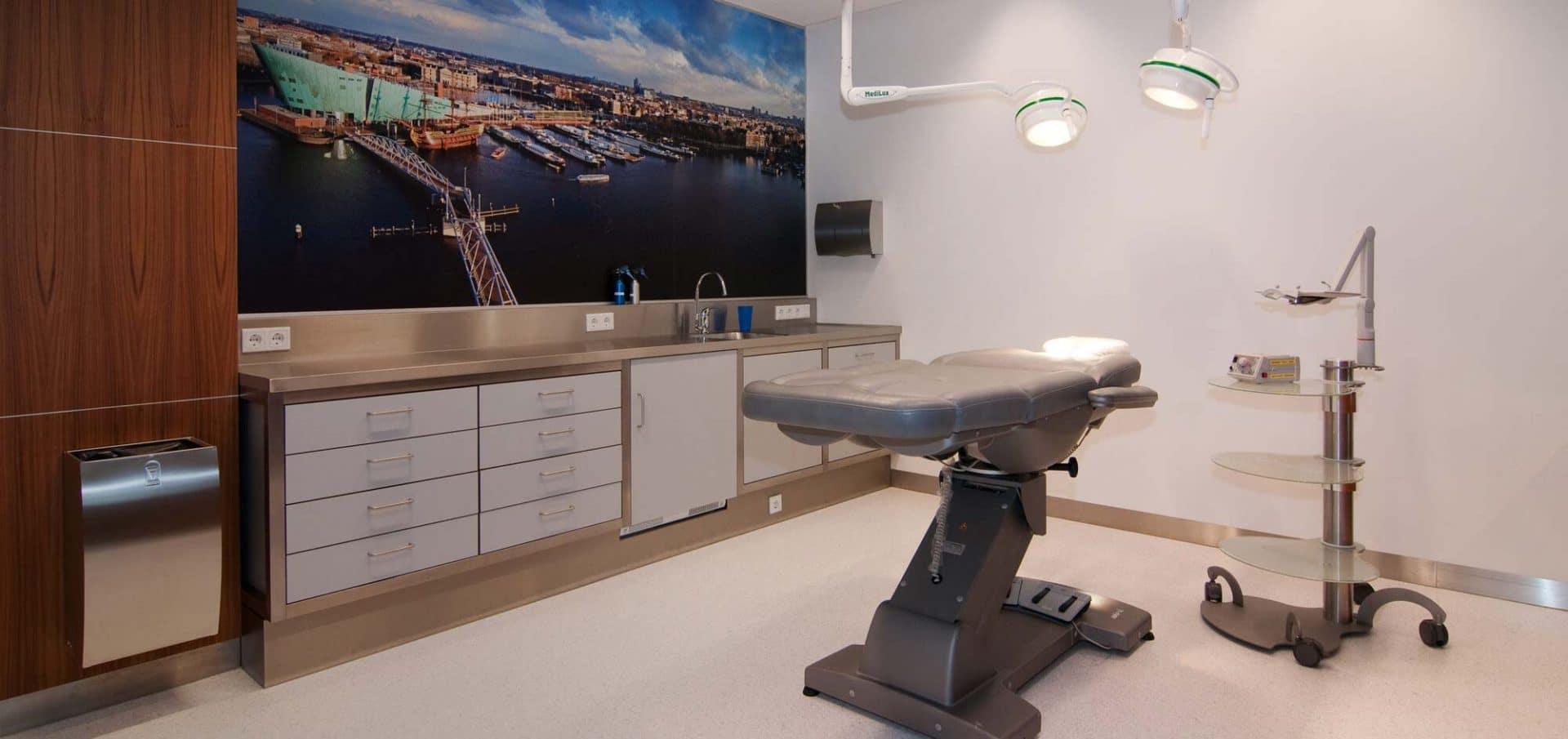 haartransplantatie Amsterdam behandelkamer met rustgevende wandafbeelding